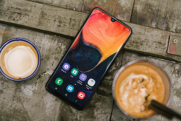 Galaxy A50 dẫn đầu làn sóng cao cấp hoá smartphone tầm trung - Ảnh 1.