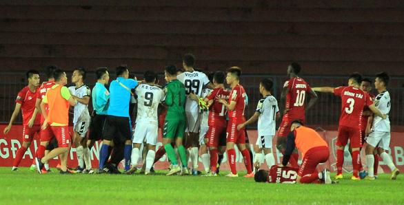 Trận Hải Phòng- SHB Đà Nẵng: chơi bóng bạo lực nhưng không cầu thủ nào bị phạt - Ảnh 1.