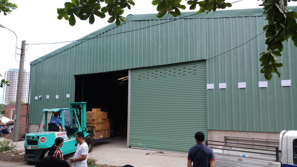 Cưỡng chế tháo dỡ nhà kho trái phép hàng trăm mét vuông - Ảnh 1.