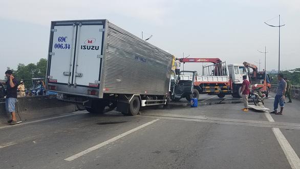 Xe tải húc đuôi xe cẩu, 2 tài xế tử vong - Ảnh 2.