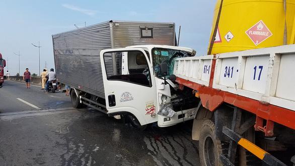 Xe tải húc đuôi xe cẩu, 2 tài xế tử vong - Ảnh 1.