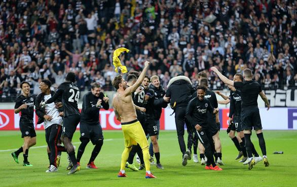 Lội ngược dòng, Frankfurt giành vé vào bán kết Europa League - Ảnh 1.