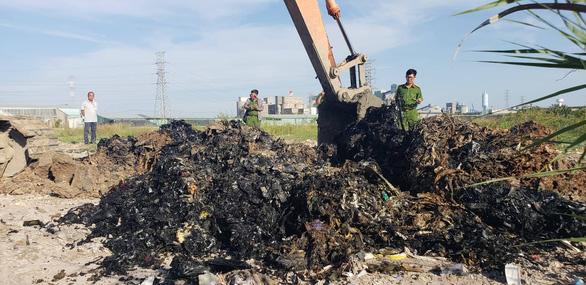 Từ điều tra của Tuổi Trẻ Online: Khởi tố vụ án chôn 4.300 tấn chất thải - Ảnh 1.