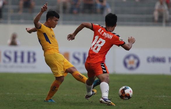 2 hậu vệ SHB Đà Nẵng tặng bàn thắng cho SLNA - Ảnh 1.