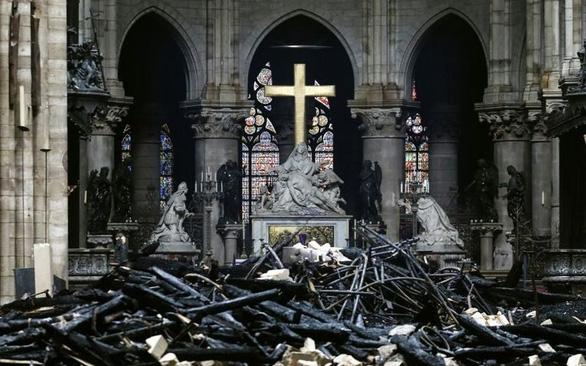 Pháp tháo dỡ toàn bộ tranh ở nhà thờ Đức Bà Paris đi phục chế - Ảnh 1.