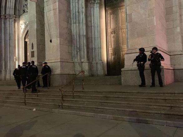 Một thầy giáo xách 2 thùng xăng, hộp quẹt vào nhà thờ nổi tiếng ở New York - Ảnh 2.