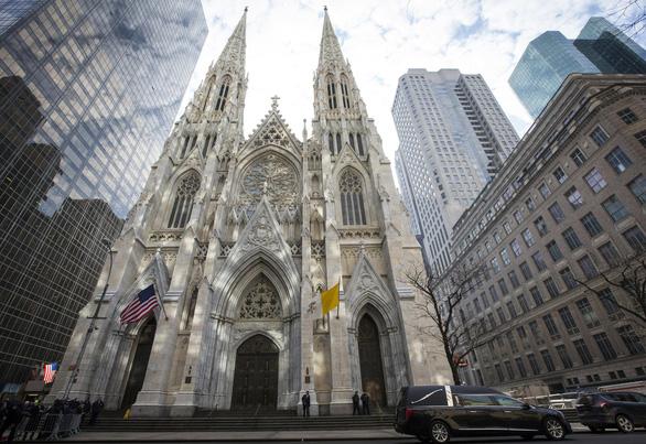 Một thầy giáo xách 2 thùng xăng, hộp quẹt vào nhà thờ nổi tiếng ở New York - Ảnh 1.