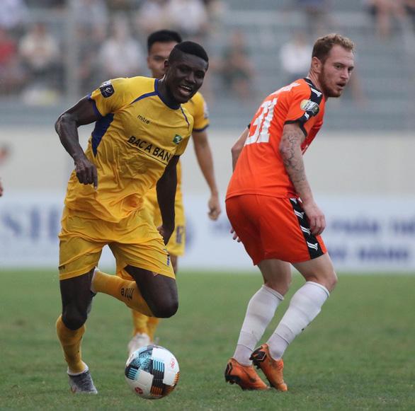 2 hậu vệ SHB Đà Nẵng tặng bàn thắng cho SLNA - Ảnh 3.