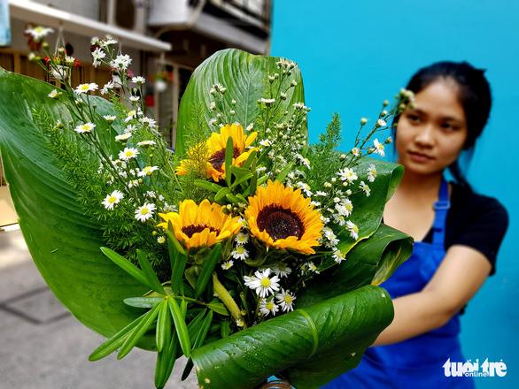 Mát mắt nhìn những bó hoa tươi gói bằng lá dong - Ảnh 1.