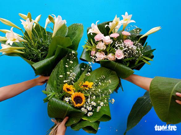 Mát mắt nhìn những bó hoa tươi gói bằng lá dong - Ảnh 3.