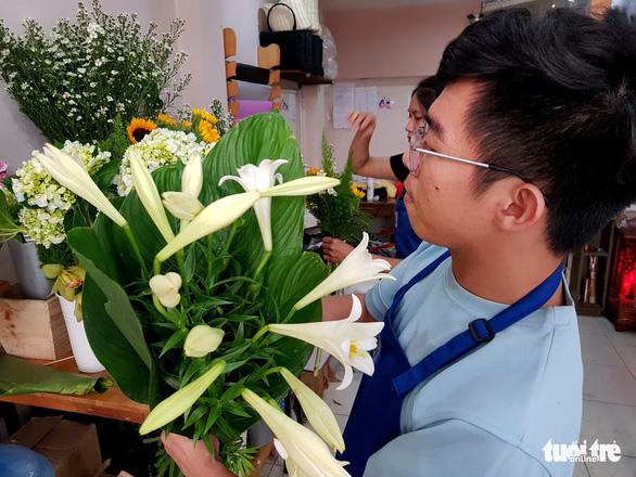 Mát mắt nhìn những bó hoa tươi gói bằng lá dong - Ảnh 2.