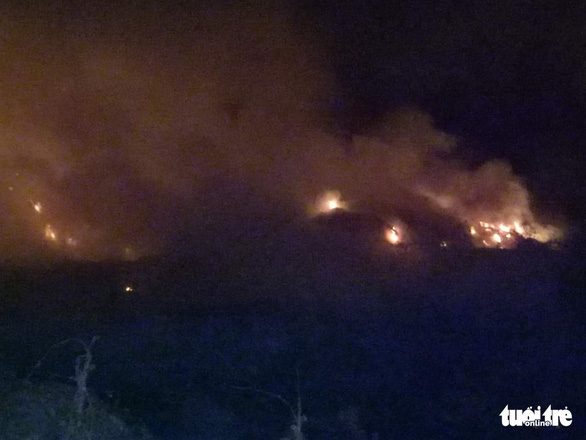 Bãi rác 'khủng' ở Tiền Giang cháy 3 ngày chưa dập tắt hoàn toàn - Ảnh 2.