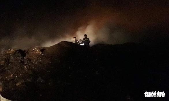 Bãi rác 'khủng' ở Tiền Giang cháy 3 ngày chưa dập tắt hoàn toàn - Ảnh 1.