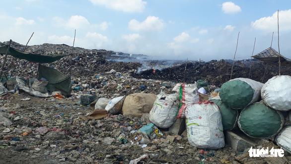 Bãi rác 'khủng' ở Tiền Giang cháy 3 ngày chưa dập tắt hoàn toàn - Ảnh 3.
