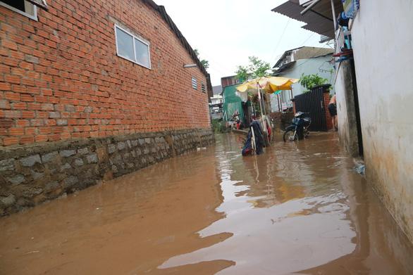 Chiều 20-4, Đà Lạt mưa lớn kèm mưa đá, nhiều nơi ngập nặng - Ảnh 2.