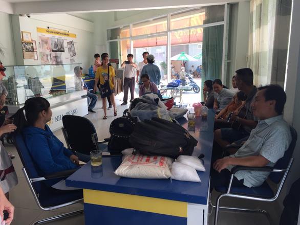 Không được giao nhà, người mua mang đồ đạc kéo đến công ty chủ đầu tư để ở - Ảnh 1.