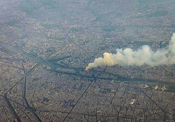 Thảm họa nhà thờ Đức Bà Paris: Không ngờ gỗ sồi già cháy nhanh thế - Ảnh 1.