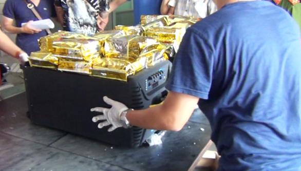 Cận cảnh Công an TP.HCM bắt hơn 1,1 tấn ma túy ngụy trang trong loa thùng - Ảnh 7.