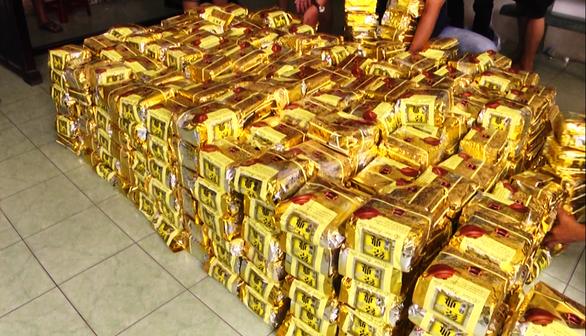 Cận cảnh Công an TP.HCM bắt hơn 1,1 tấn ma túy ngụy trang trong loa thùng - Ảnh 10.