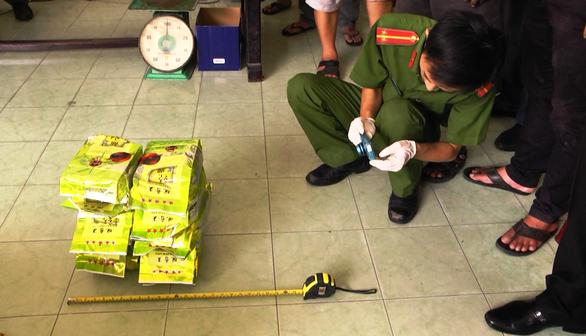 Cận cảnh Công an TP.HCM bắt hơn 1,1 tấn ma túy ngụy trang trong loa thùng - Ảnh 9.