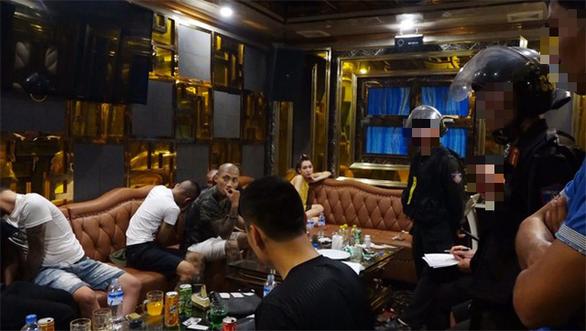 120 cán bộ chiến sĩ công an ập vào 5 quán karaoke, khách sạn truy tìm ma túy - Ảnh 1.