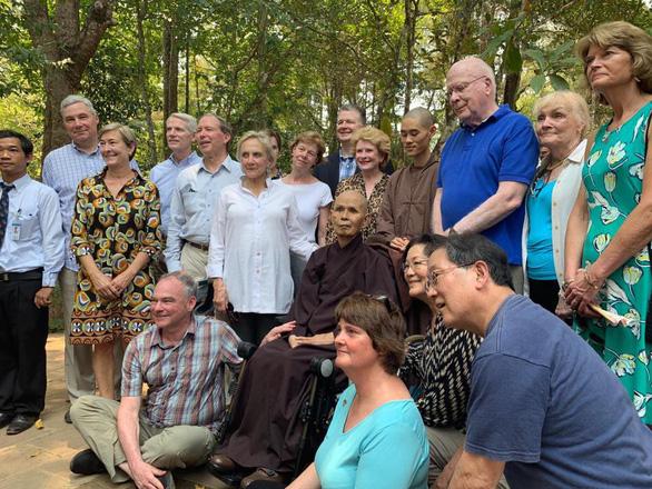 Đoàn thượng nghị sĩ Mỹ thăm thiền sư Thích Nhất Hạnh tại Huế - Ảnh 1.