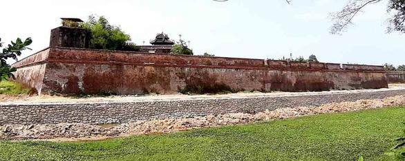 Chủ tịch tỉnh yêu cầu rà soát vụ phá bỏ bờ kè kinh thành Huế - Ảnh 1.