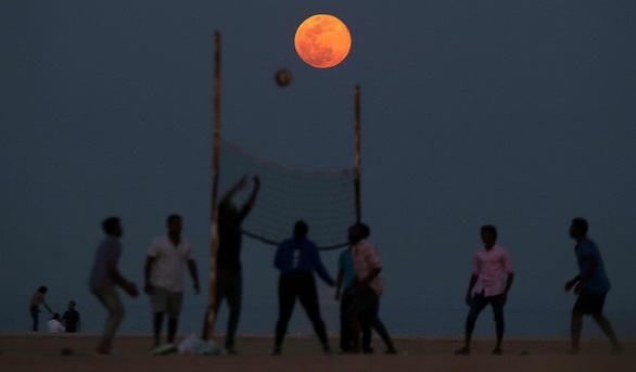 Ngắm trăng hồng đẹp lung linh trên trời đêm - Ảnh 1.
