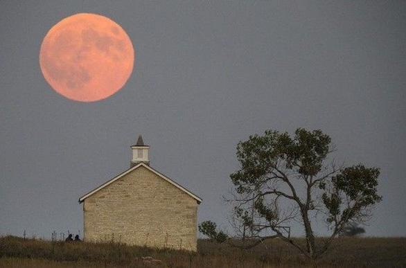 Ngắm trăng hồng đẹp lung linh trên trời đêm - Ảnh 7.