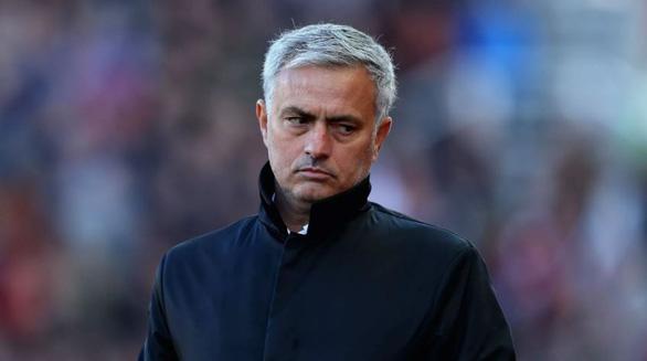 HLV Jose Mourinho: Manchester United thất bại vì thiếu... cái lồng để nhốt Messi - Ảnh 1.