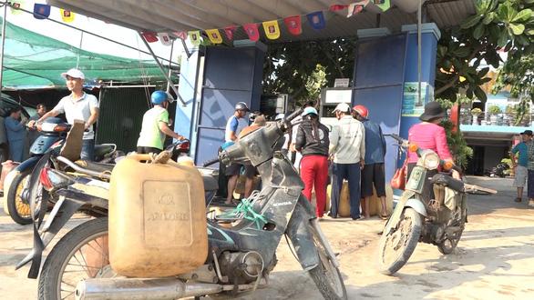 Lo cạn kiệt xăng dầu, dân đảo Lý Sơn nháo nhào mua dự trữ - Ảnh 1.
