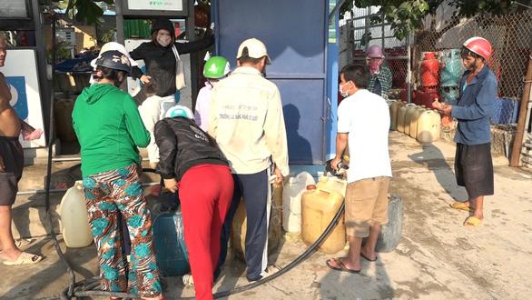 Lo cạn kiệt xăng dầu, dân đảo Lý Sơn nháo nhào mua dự trữ - Ảnh 3.