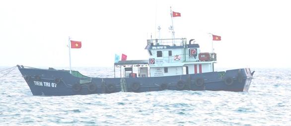 Lo cạn kiệt xăng dầu, dân đảo Lý Sơn nháo nhào mua dự trữ - Ảnh 2.