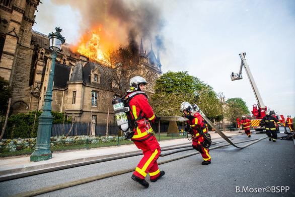 Điều tra ban đầu: Lửa gây cháy nhà thờ Đức Bà Paris bắt đầu từ nóc - Ảnh 2.