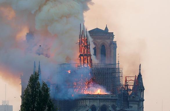 Điều tra ban đầu: Lửa gây cháy nhà thờ Đức Bà Paris bắt đầu từ nóc - Ảnh 1.