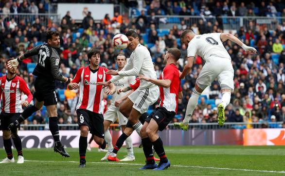 Benzema lập hat-trick giúp Real Madrid nuôi hi vọng...á quân - Ảnh 2.
