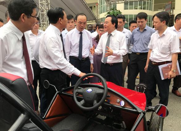 Bộ trưởng Phùng Xuân Nhạ: Nhiều sinh viên ra trường vẫn còn ngơ ngác - Ảnh 1.