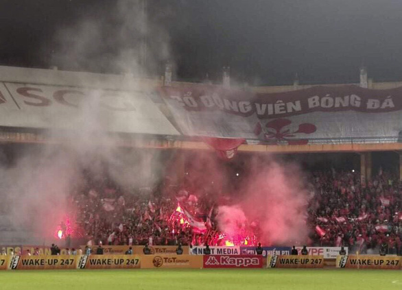 Treo sân Hàng Đẫy 1 trận, phạt CLB Hà Nội 70 triệu vì pháo sáng CĐV Hải Phòng - Ảnh 1.