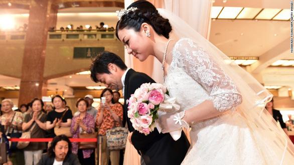 Vua Nhật sắp đăng cơ, người dân đua nhau cưới hỏi - Ảnh 1.