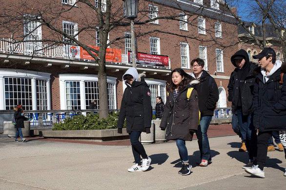 Sinh viên Trung Quốc - con gà đẻ trứng vàng cho phương Tây - Ảnh 2.