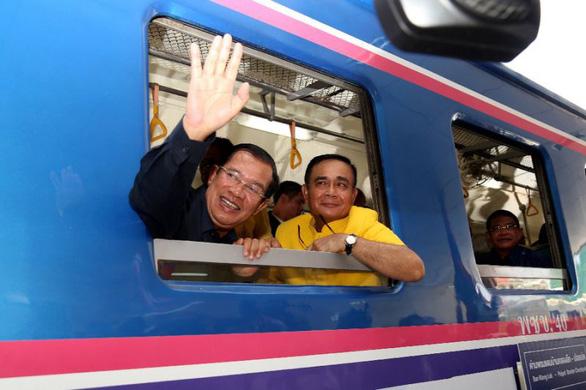 Hai thủ tướng Campuchia và Thái Lan đi xe lửa cùng nhau - Ảnh 1.