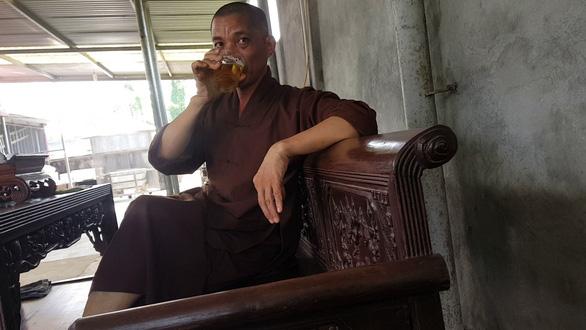 Trụ trì chùa Trung Hành phải sám hối vì dọa thả chó cắn phật tử và uống bia - Ảnh 2.