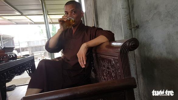 Sư trụ trì cầm ly bia nói về việc thả chó cắn nát mặt Phật tử - Ảnh 4.