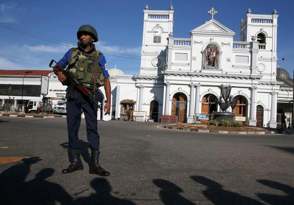 Du khách tháo chạy khỏi Sri Lanka sau loạt đánh bom 290 người chết - Ảnh 1.