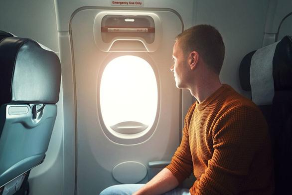 Những ai được phép ngồi ở hàng ghế lối thoát hiểm trên máy bay? - Ảnh 1.