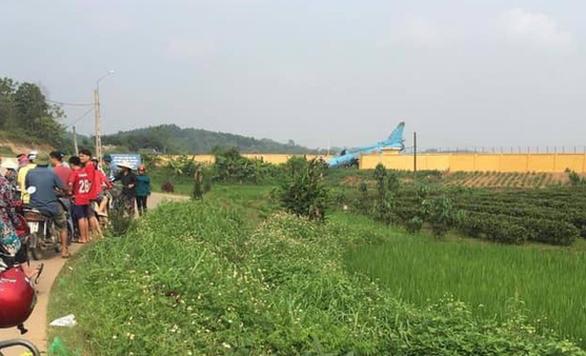 Máy bay tiêm kích bom SU 22 hạ cánh tông tường rào ở Yên Bái - Ảnh 2.