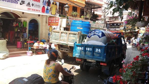 Thị trấn du lịch Sa Pa vật vã cả tuần, mua nước 300.000 đồng/khối - Ảnh 1.