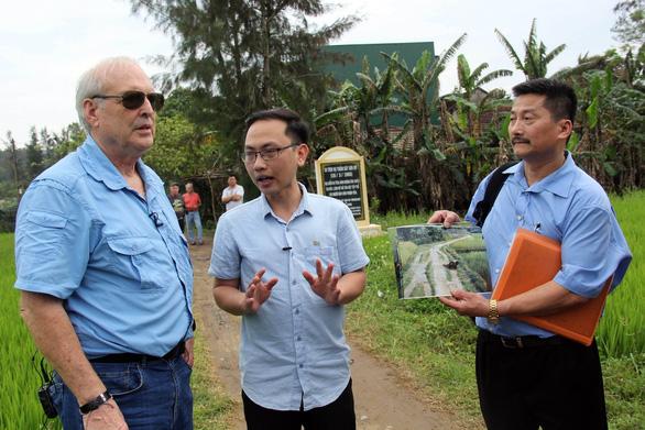 Anh che đạn cho em ở Mỹ Lai: bức ảnh trở về với sự thật - Ảnh 2.