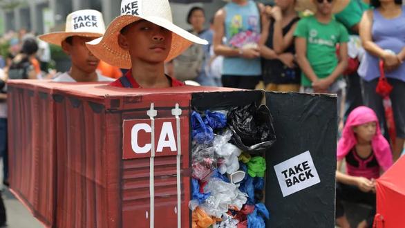 Tổng thống Duterte cảnh cáo Canada: Rác của mấy người đang trở về đó! - Ảnh 3.