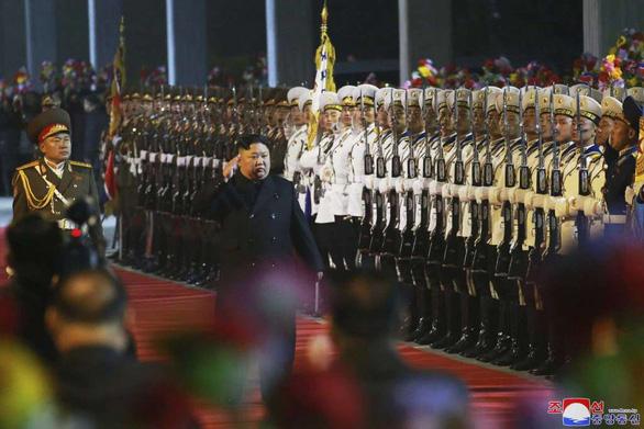 Ông Kim Jong Un đã đến Nga, được chào đón với hoa, bánh mì, và muối - Ảnh 2.